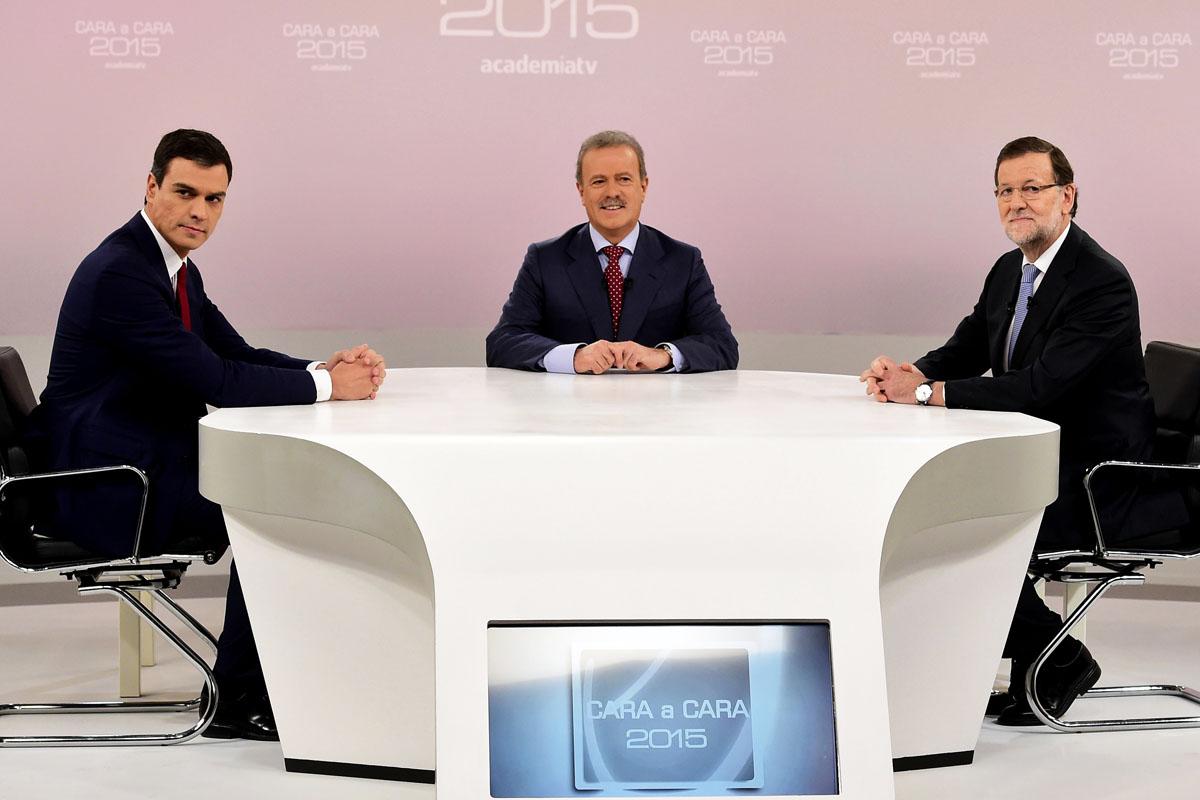 Los dos candidatos antes de comenzar el debate. (Foto: AFP)