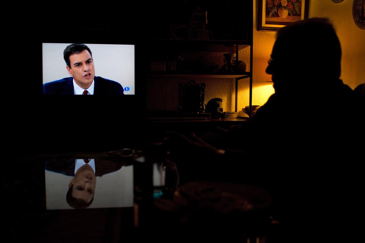 Un espectador sigue desde su domicilio el debate televisivo. (AFP)