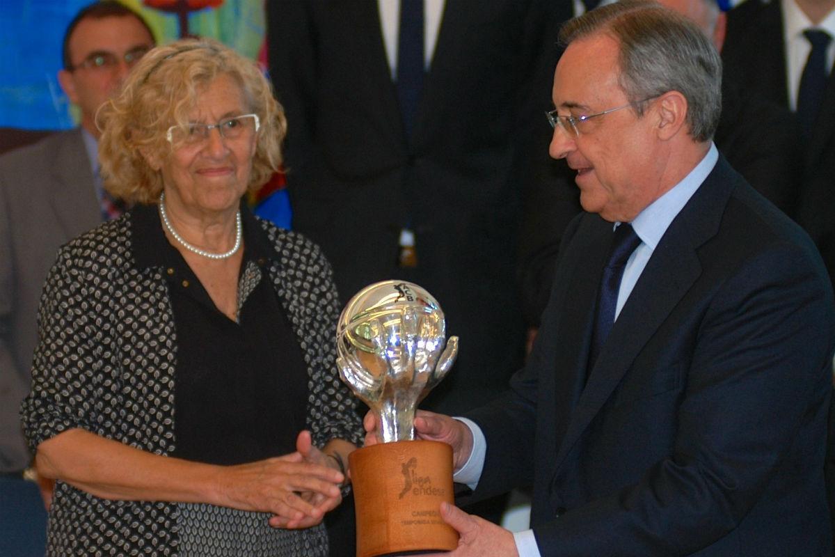 Manuela Carmena, junto a Florentino Pérez (Getty)