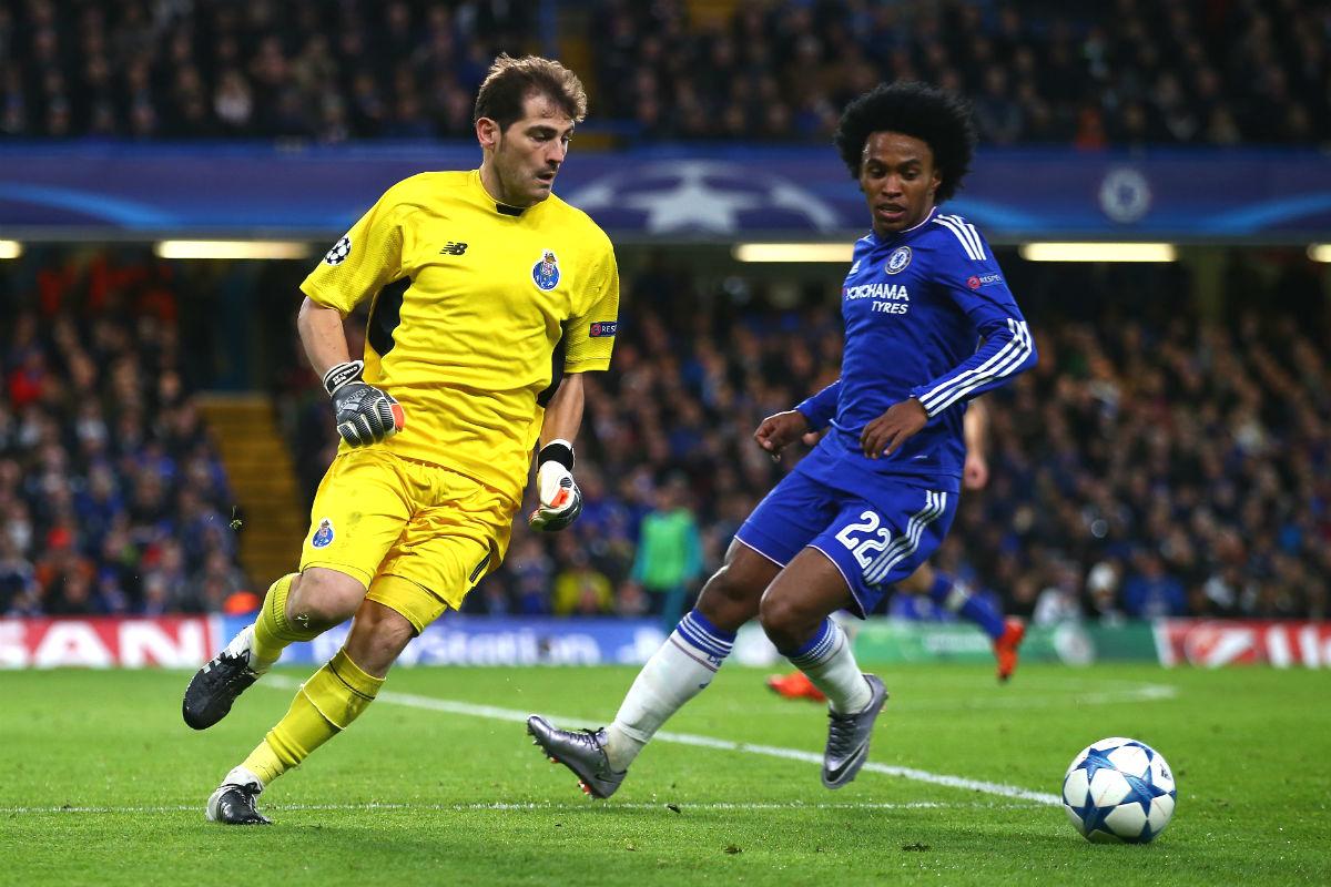 Casillas intenta driblar a William en el partido ante el Chelsea. (Getty)