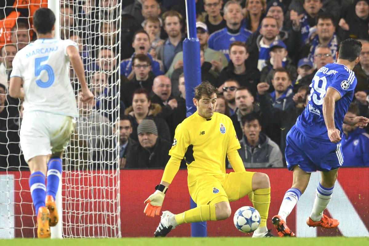 Diego Costa dispara ante Casillas en la jugada del primer gol del Chelsea. (AFP)