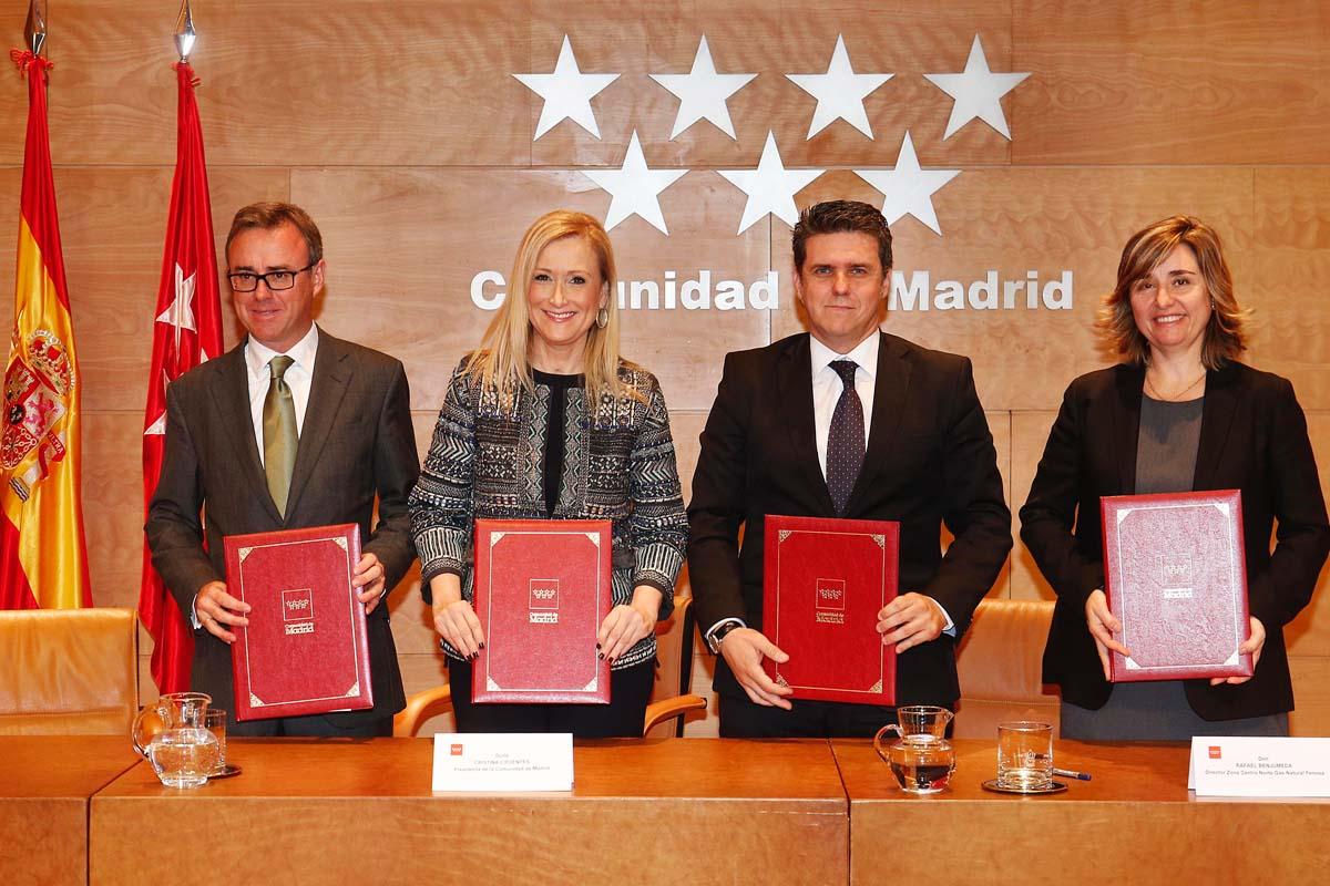 Cristina Cifuentes con las empresas eléctricas que han firmado el convenio. (Foto: Comunidad de Madrid)