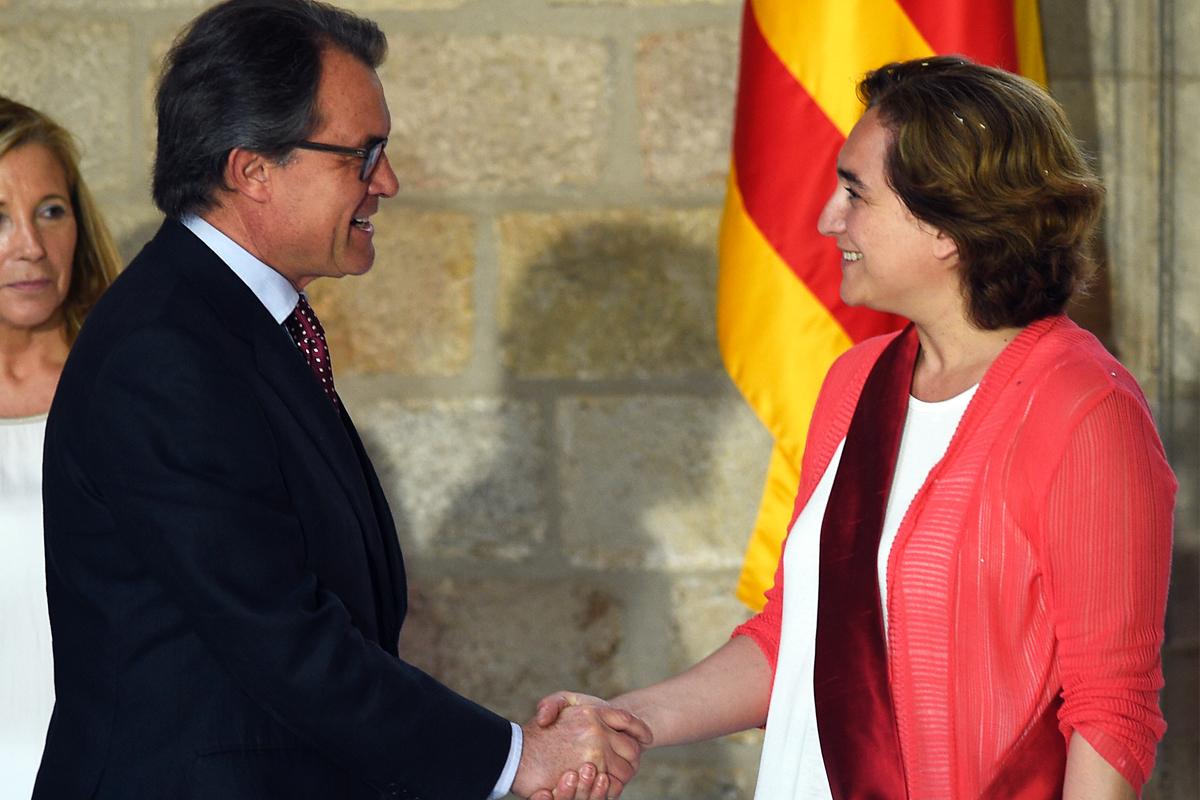 Artur Mas y Ada Colau. (Foto: AFP)