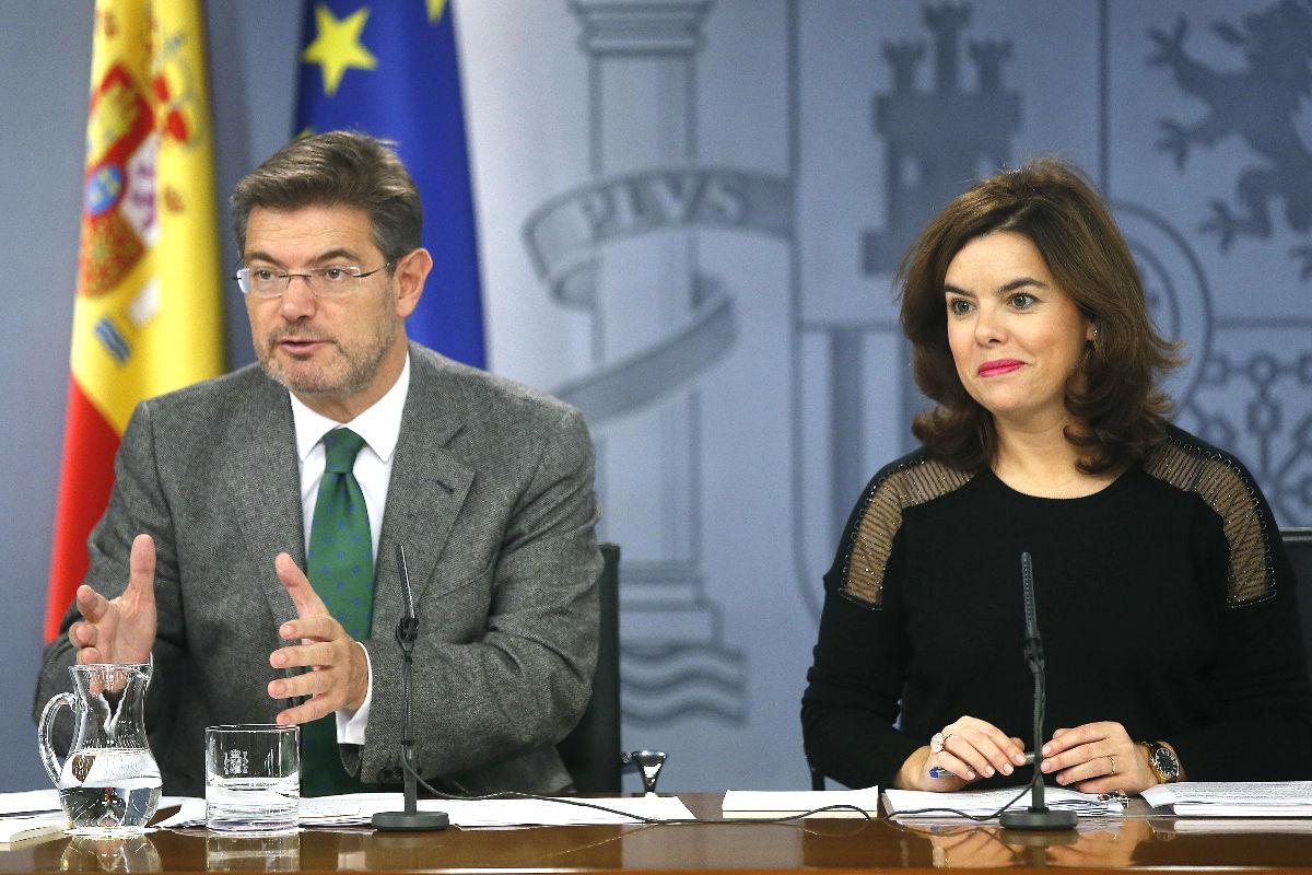 Soraya Sáenz de Santamaría y Rafael Catalá en la rueda de prensa posterior al Consejo de Ministros. (FOTO:EFE)