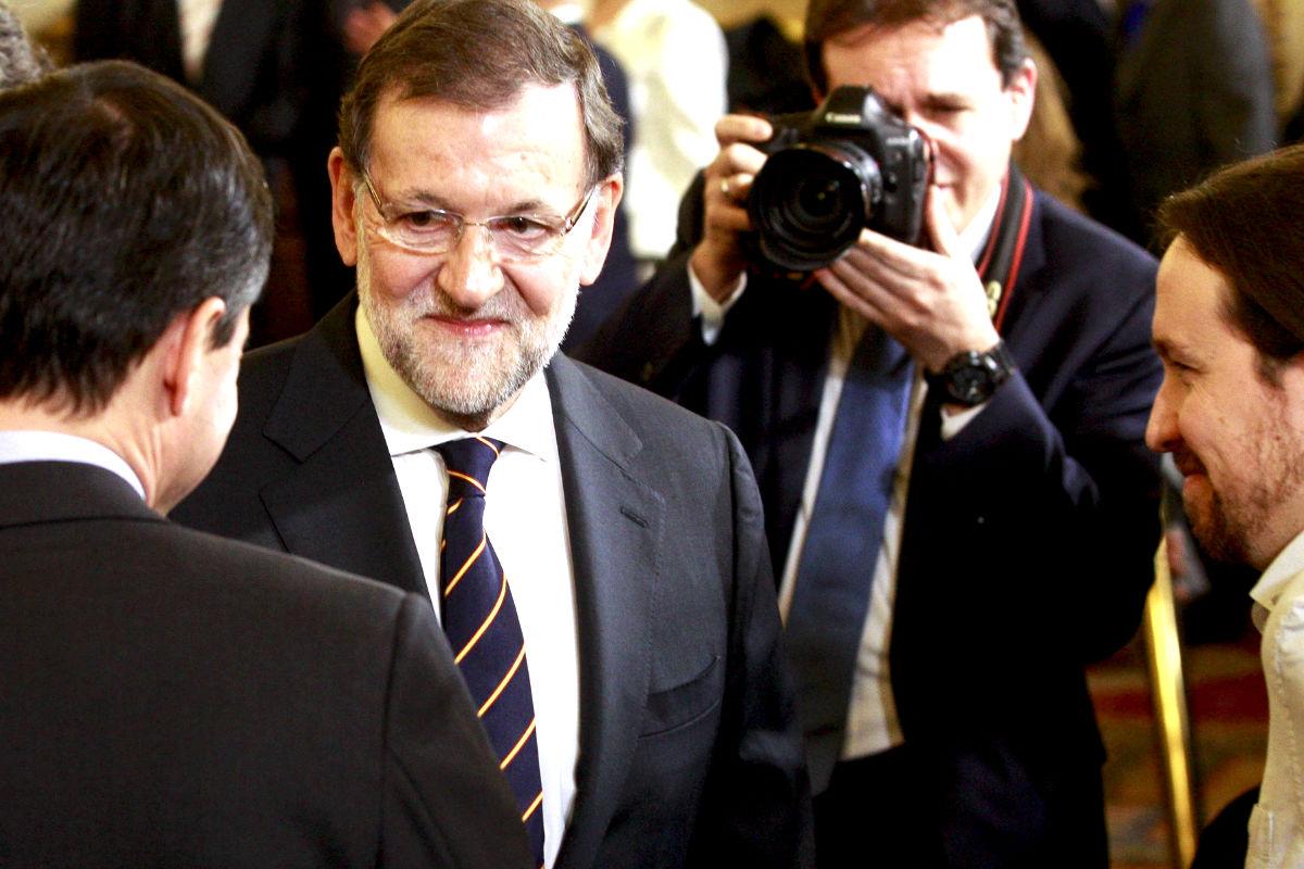 Rajoy conversa con Herzog y Pablo Iglesias (Foto: Efe).