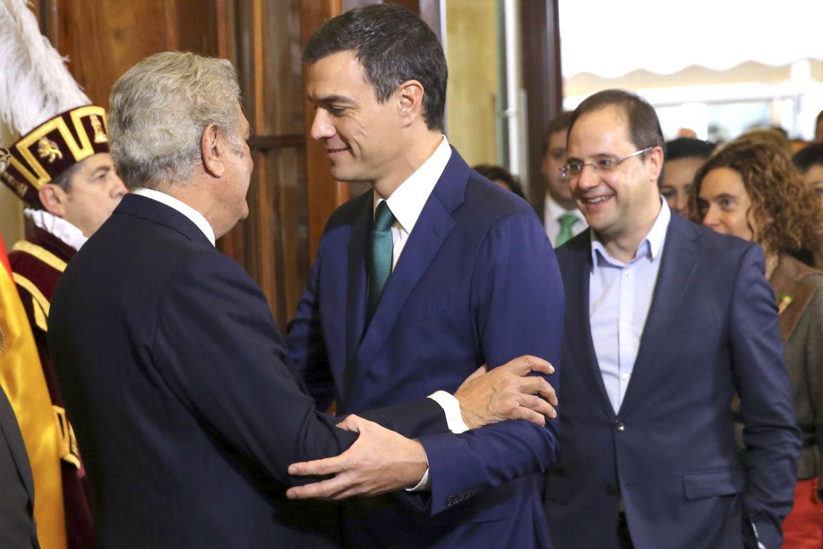 Pedro Sánchez saluda a Jesús Posada (Foto: Efe).
