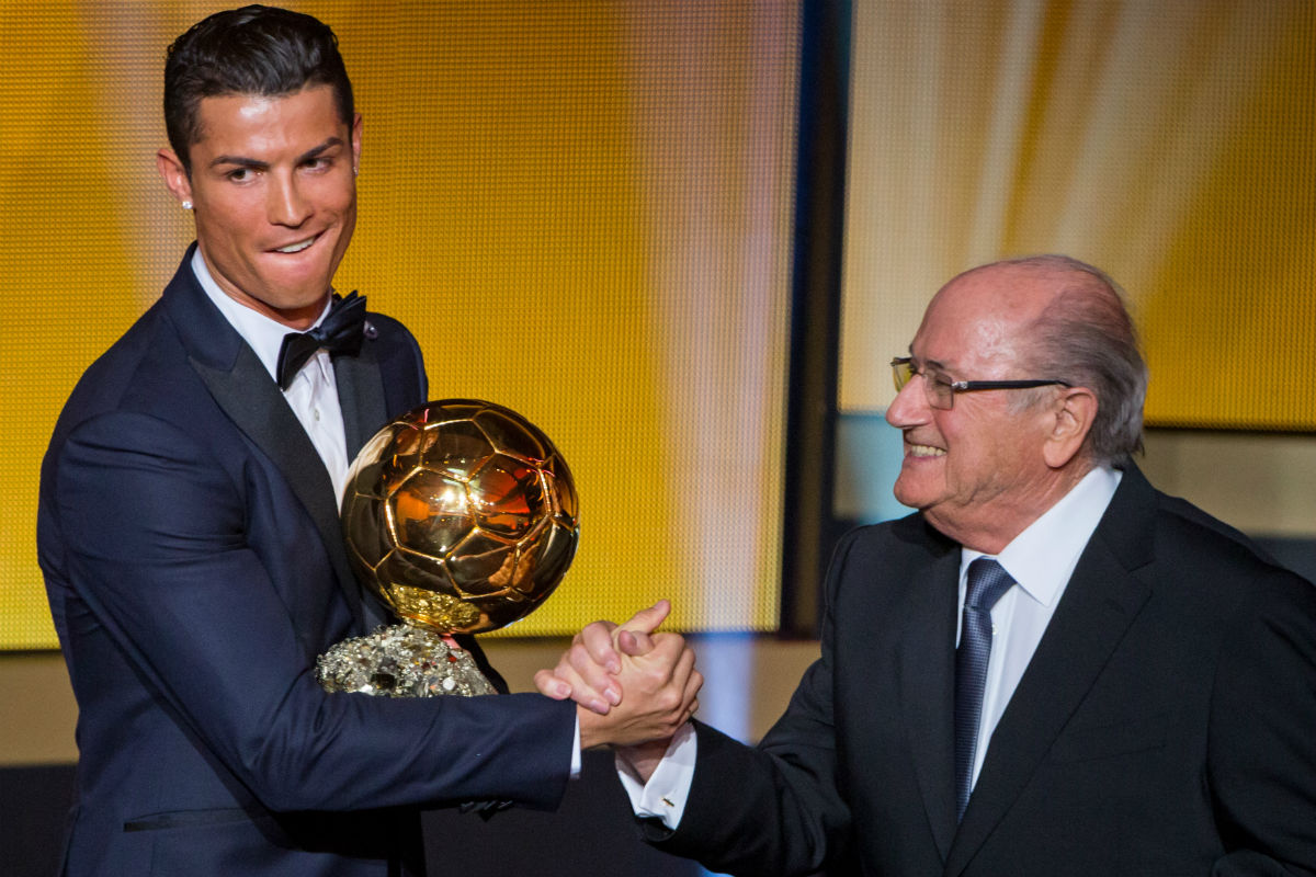 Cristiano Ronaldo recibe el Balón de Oro de manos de Blatter. (Getty)