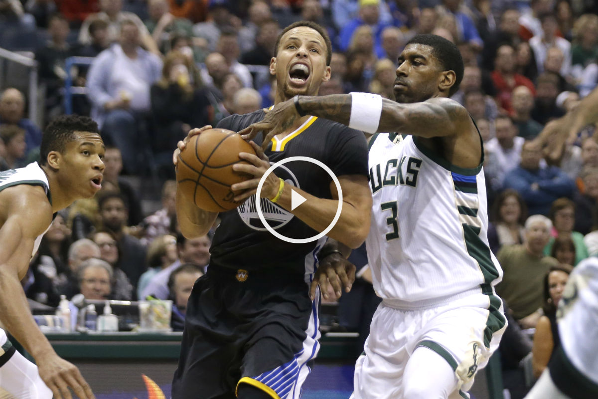 Curry intenta penetrar a canasta en el partido ante los Bucks. (Getty)