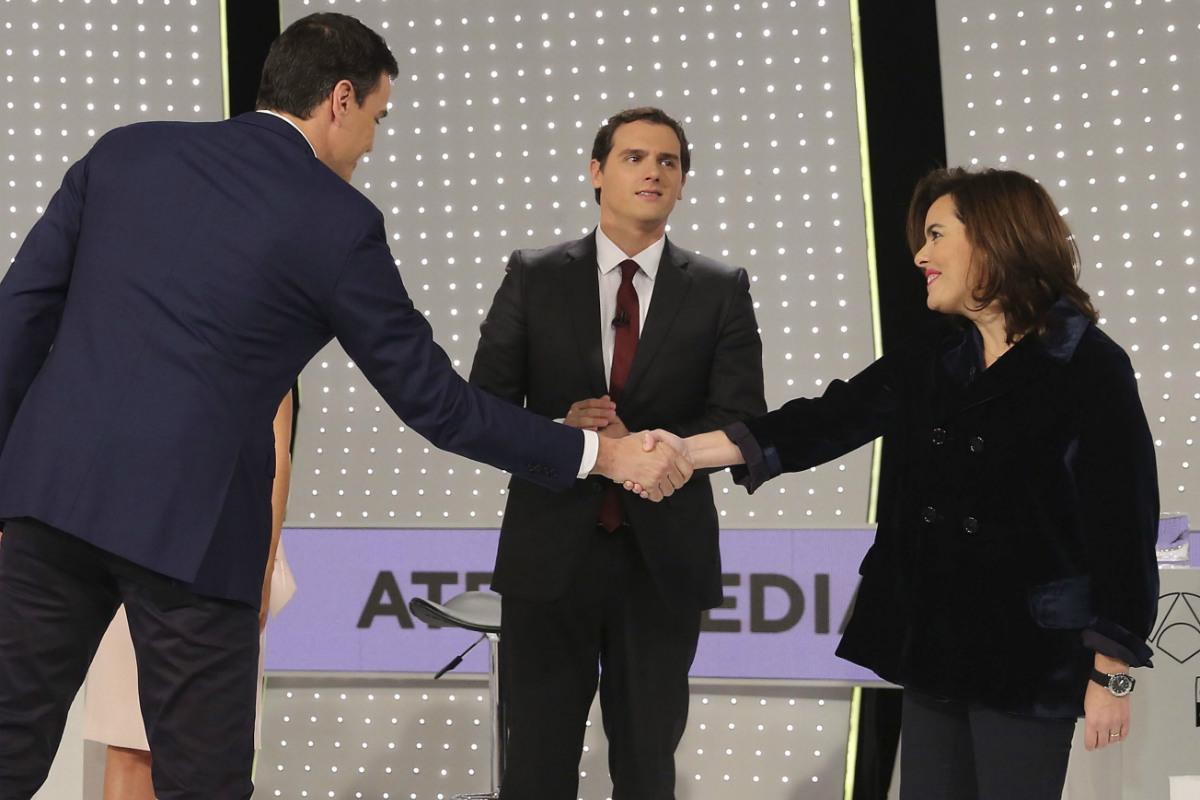 Pedro Sánchez, el candidato socialista saludando a la vicepresidenta del Gobierno