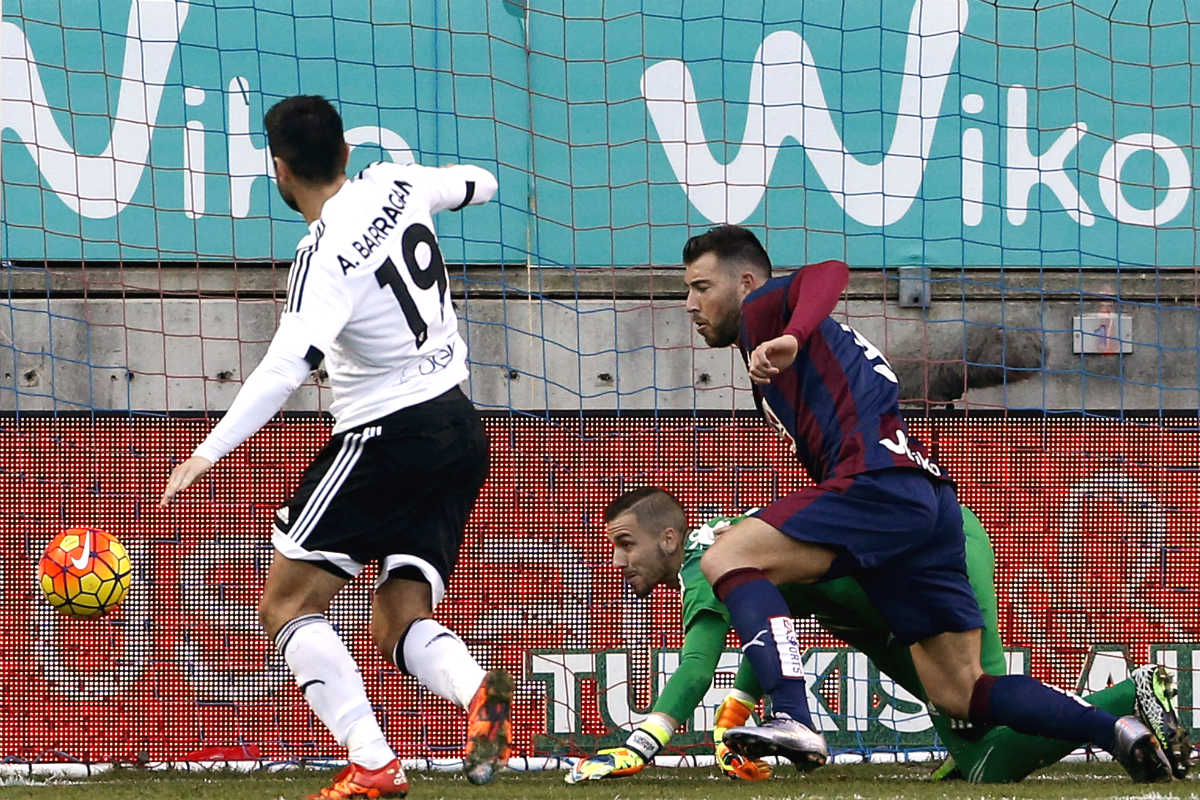Enrich, en el momento de marcar el primer gol del Eibar al Valencia. (EFE)
