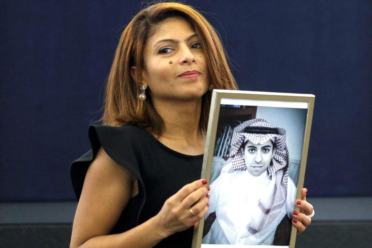 La esposa del bloguero Raif Badawi sosteniendo su retrato este miércoles en Estrasburgo. (Foto: Reuters)