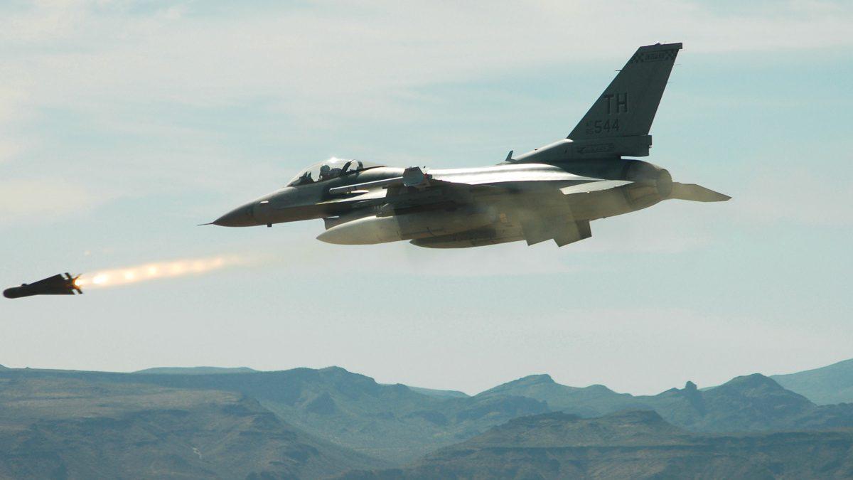 Un F-16 de las Fuerzas Aéreas de Estados Unidos lanza un AGM-65 Maverick durante un ejercicio en Arizona. (Foto: AFP)