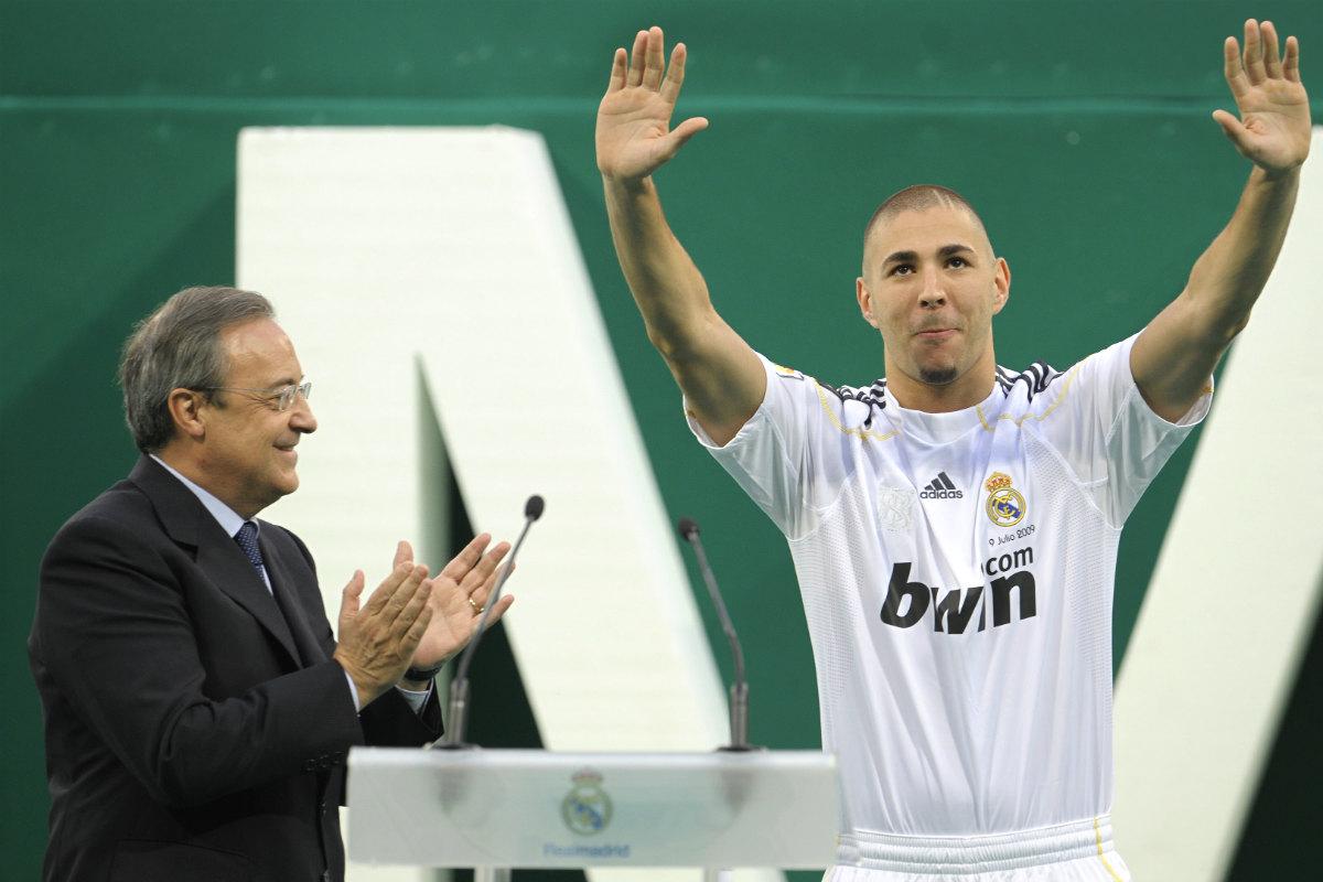 Florentino Pérez, junto a Benzema en su presentación en 2009. (Getty)