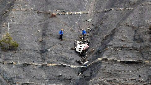Restos del avión de Germanwings estrellado en los Alpes franceses. (Claude Paris/AFP)