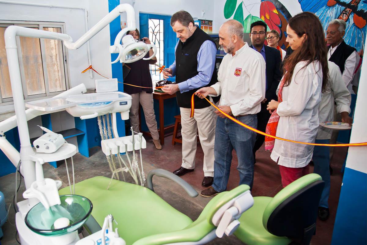 Gustavo de Arístegui inaugurando una clínica dental en Calcuta. (Foto: Ministerio de Asuntos Exteriores).