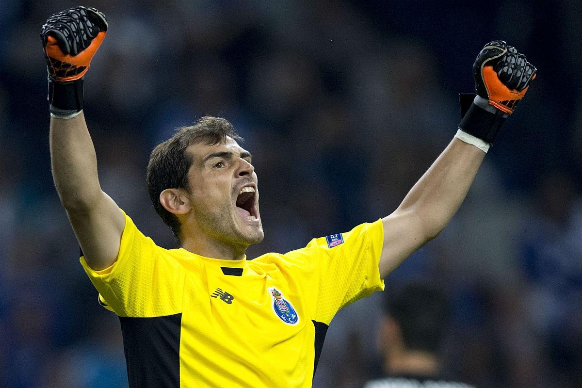 Iker Casillas festeja una parada en Oporto (Getty)