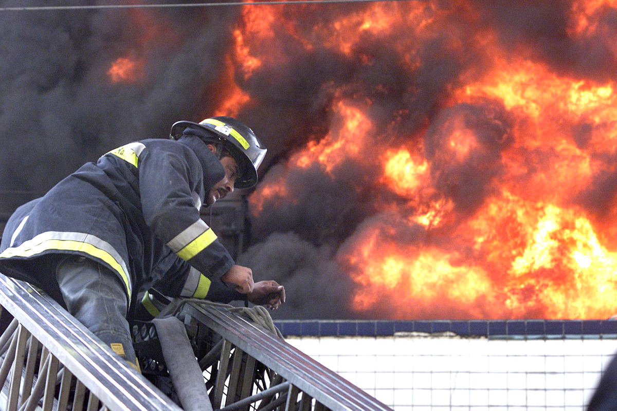Imagen de archivo de un bombero trabajando en un incendio en México (Foto: AFP).