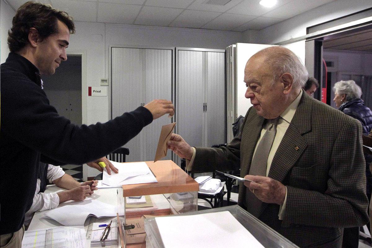 Jordi Pujol ha acudido a votar temprano junto a Marta Ferrusola. (Foto: EFE)