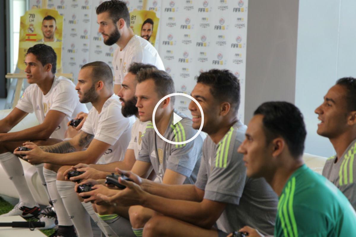 Los jugadores del Real Madrid se divirtieron con la videoconsola.