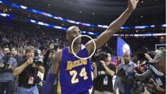 Kobe Bryant se despide del público de Philadelphia en su último partido. (Getty)