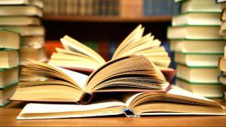 Varios libros apilados.