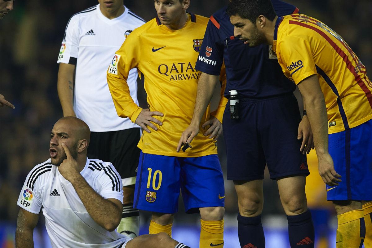 Luis Suárez pisó en dos ocasiones a Abdennour (Getty)