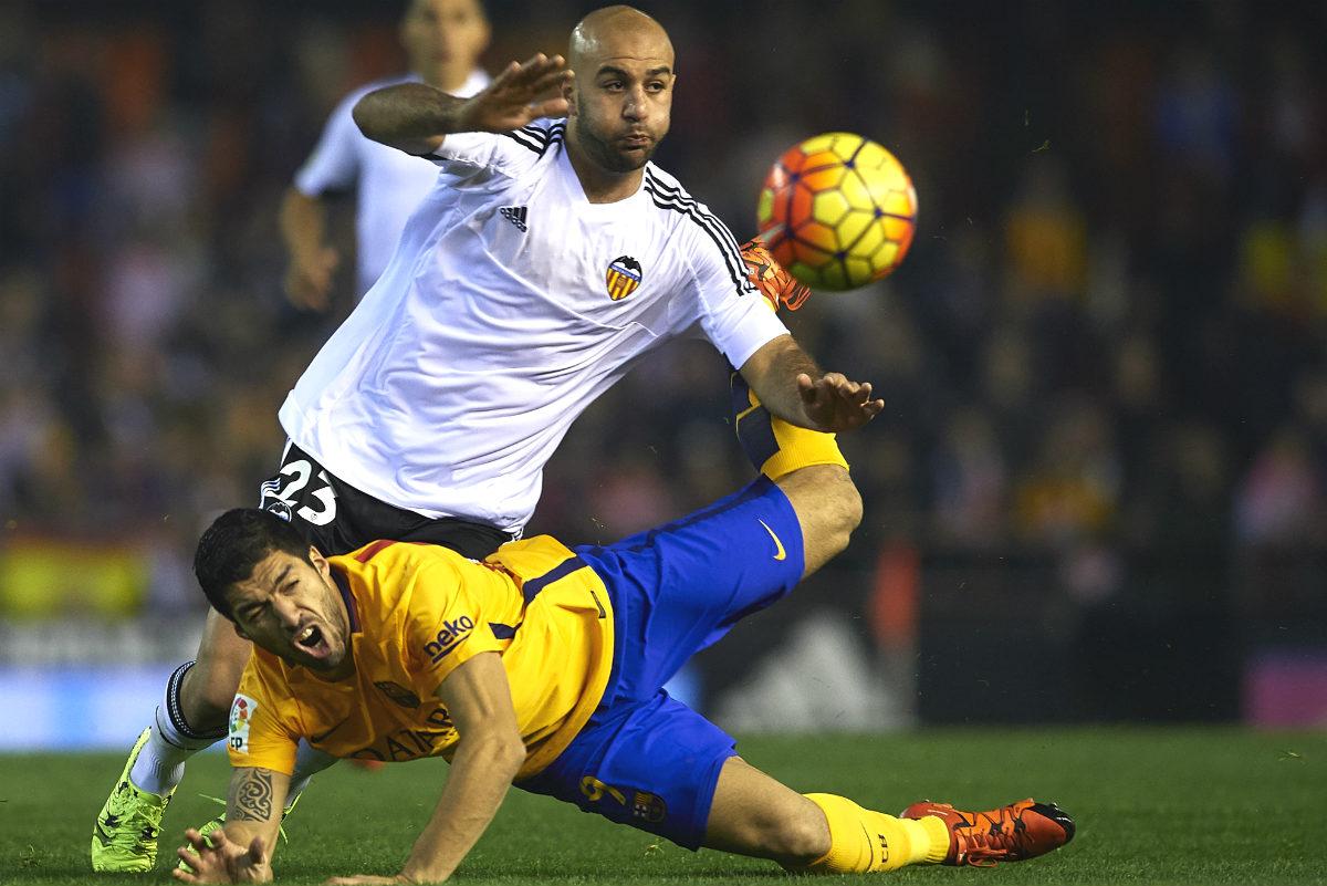 Luis Suárez disputa un balón con Abdennour. (Getty)