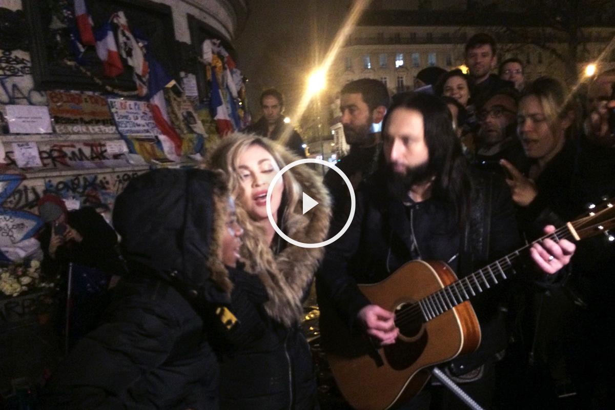 Madonna canta en la Plaza de la República de París en homenaje a las víctimas de París. (Foto: AFP)