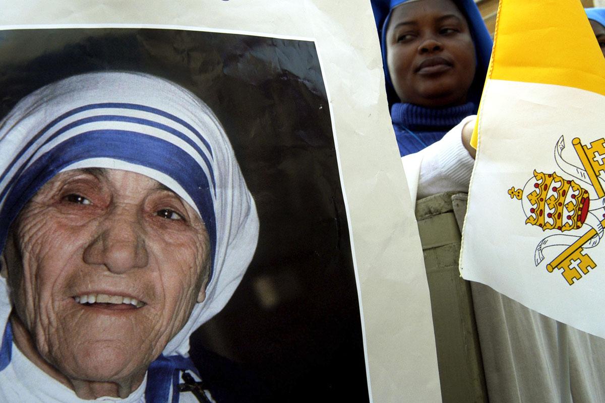Carteles con el rostro de la Madre Teresa en el Vaticano. (Foto: Getty)