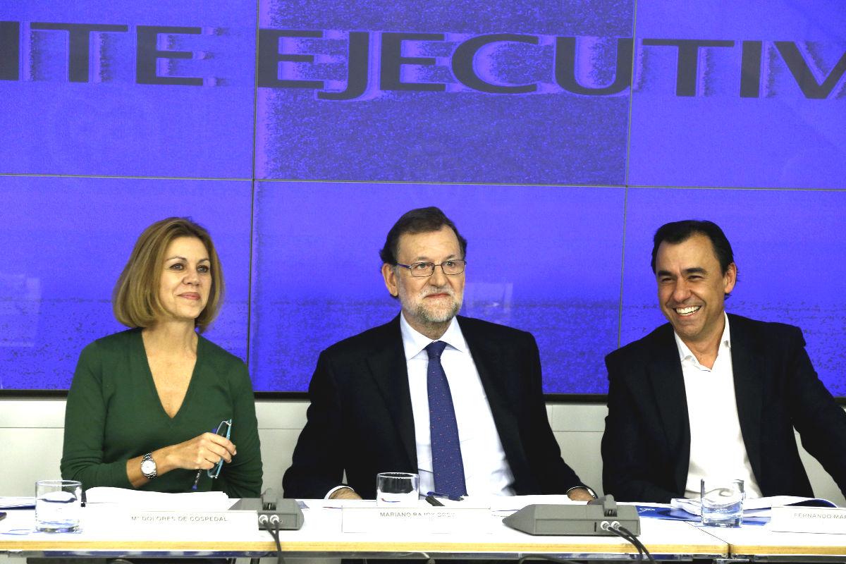 El presidente del PP, Mariano Rajoy (c), la secretaria general, María Dolores de Cospedal (i), y el vicesecretario de organización, Fernando Martínez Maillo (Foto: Efe)