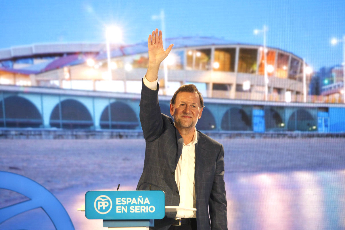 El candidato del PP a la Presidencia del Gobierno, Mariano Rajoy, en un mitin realizado después de su agresión (Foto: Efe)