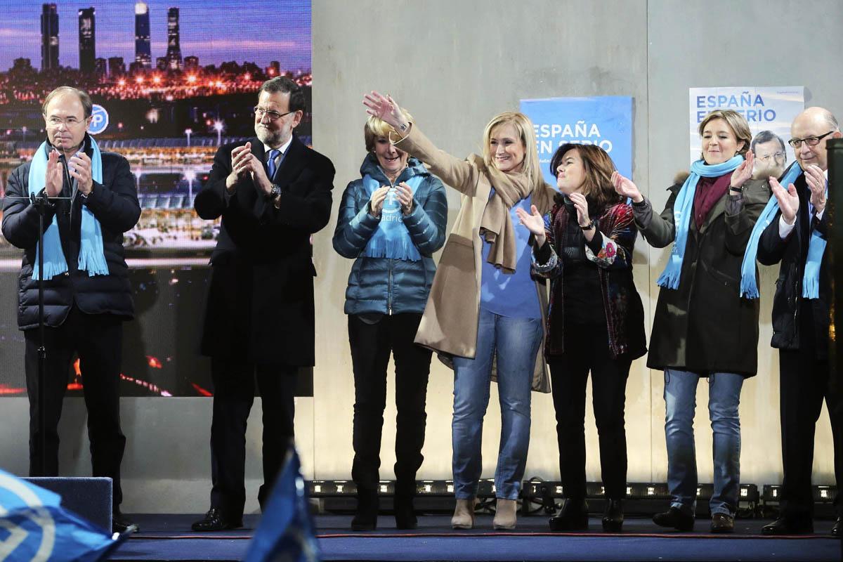 El presidente del Gobierno, Mariano Rajoy, junto a sus primeros espadas en Madrid en el acto de apertura de campaña del PP. (Foto: EFE)