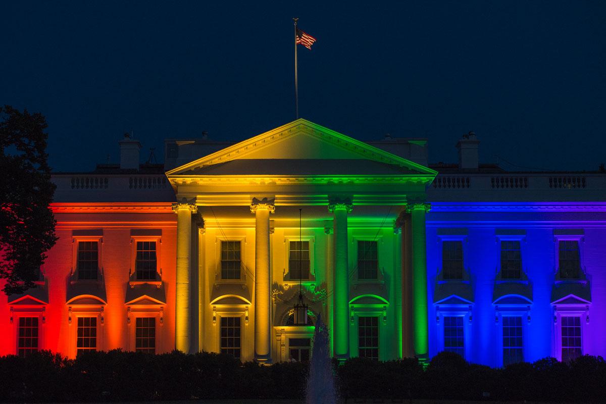 El Tribunal Supremo de Estados Unidos avaló en junio de 2015 el matrimonio homosexual. La Casa Blanca se ilumina para la ocasión. (Foto: Molly Riley/AFP)