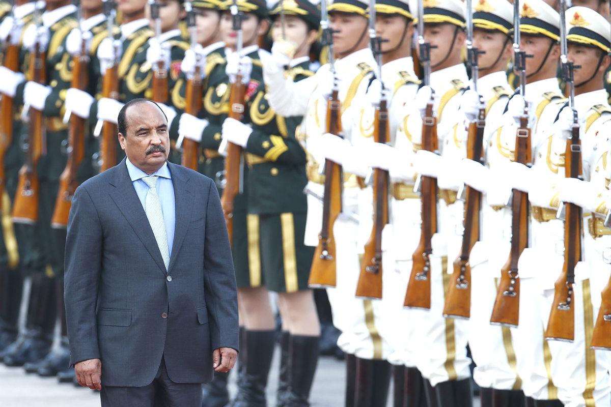 Mohamed Ould Abdelaziz, presidente de Mauritania, pasea junto a el ejercito.
