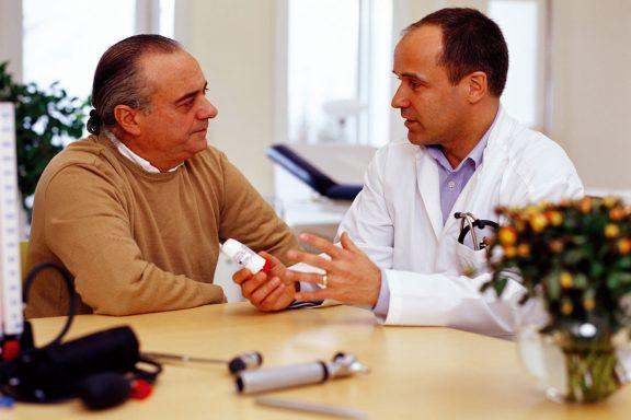 Médico con un paciente.