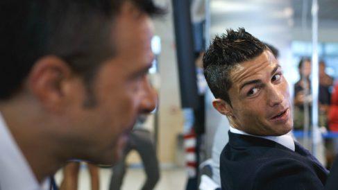 Cristiano Ronaldo mira a Jorge Mendes en el acto de su renovación con el Madrid. (Getty)