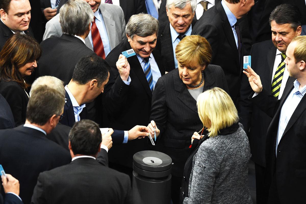 Los diputados, con Merkel entre ellos, en el momento de la votación. (Foto: AFP)