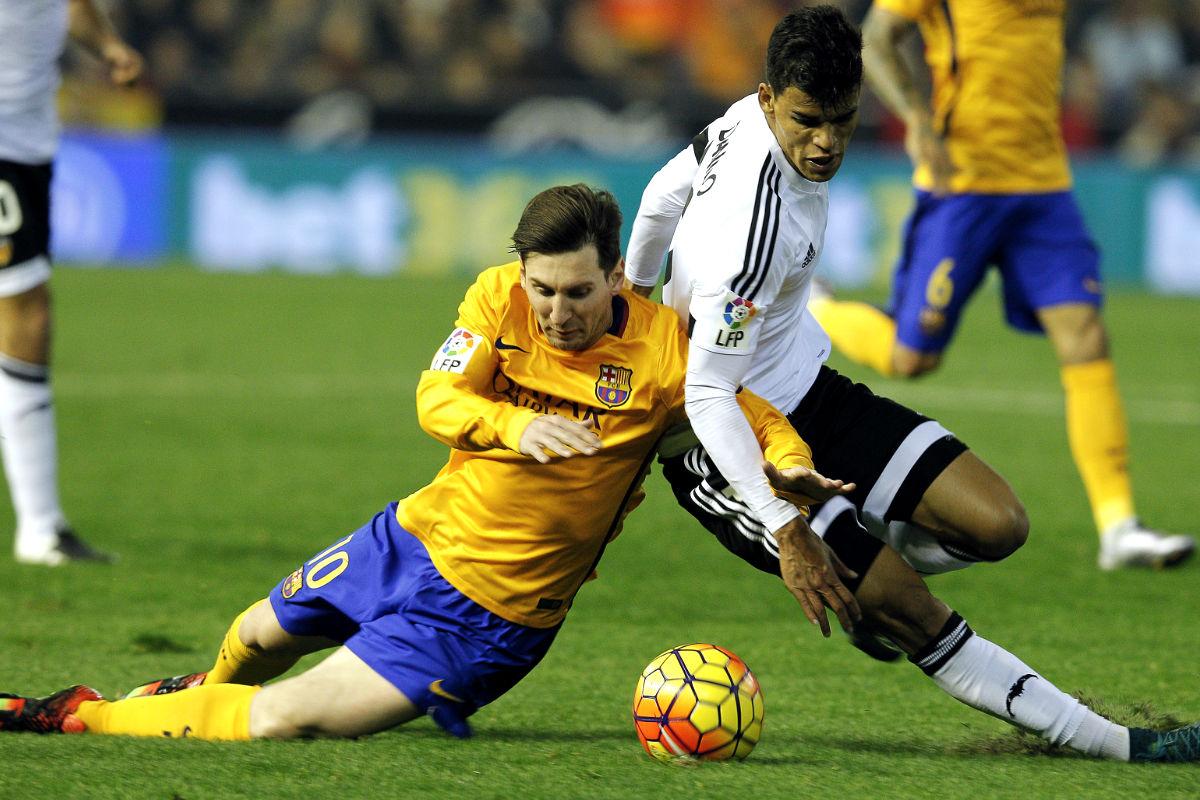 Messi y Danilo pugnan por la pelota (AFP)
