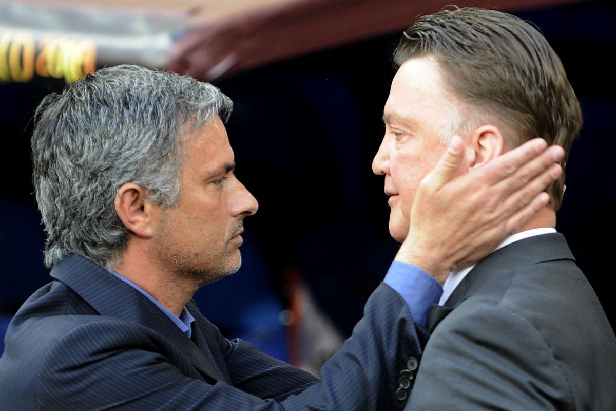 Mourinho saluda a Van Gaal en un Chelsea-United. (AFP)