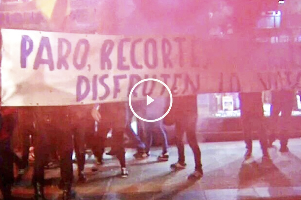 Miembros de un colectivo antisistema, frente a la sede del PP (Foto: Twitter)