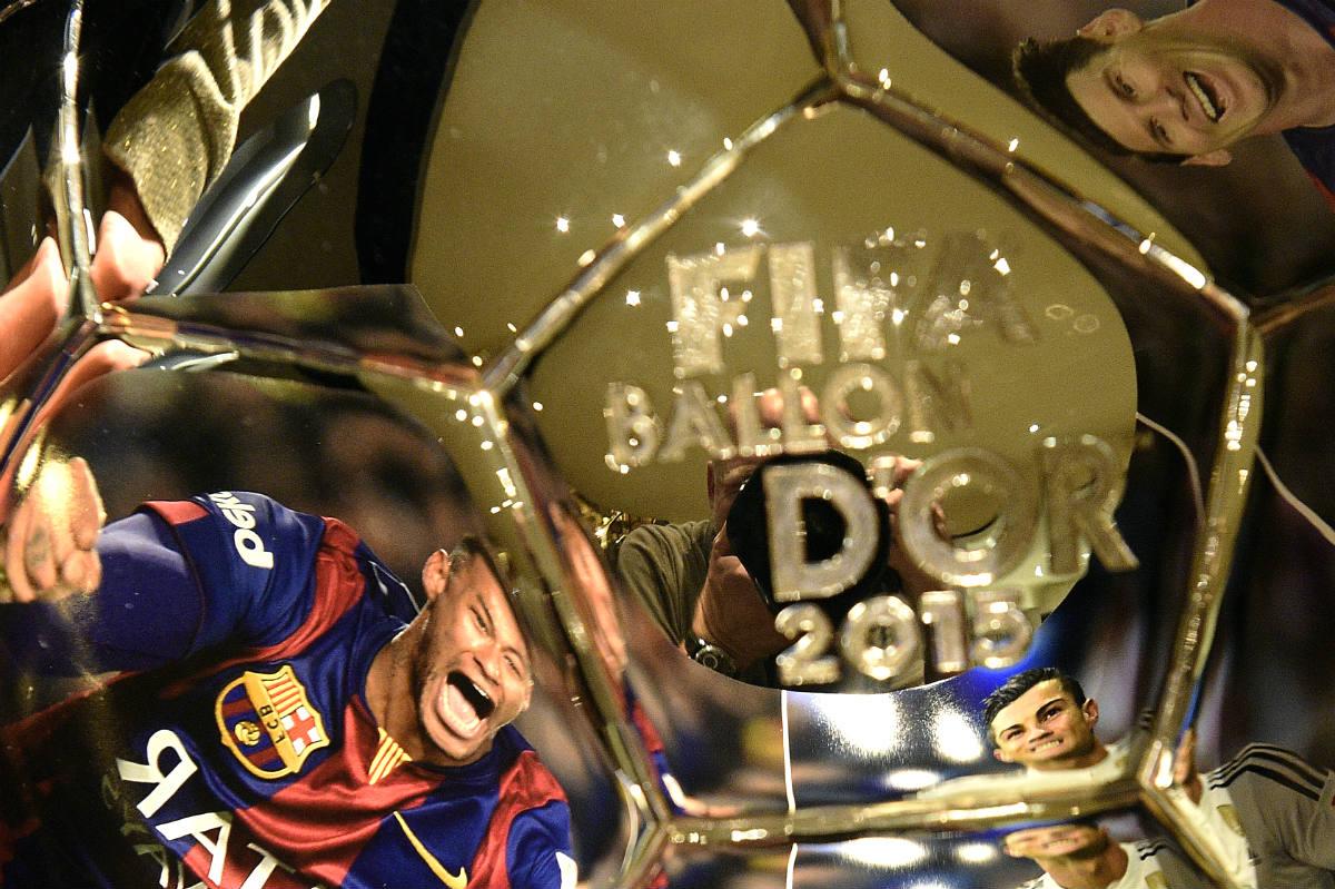 El Balón de Oro que se entregará en Zúrich el próximo 11 de enero. (AFP)