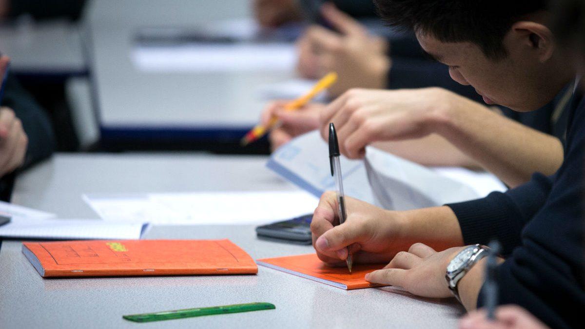 Imagen de unos niños en el aula de un colegio mientras hacen los deberes. (Foto: Getty)