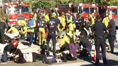 Bomberos de San Bernardino asisten a los heridos. (Foto: REUTERS)