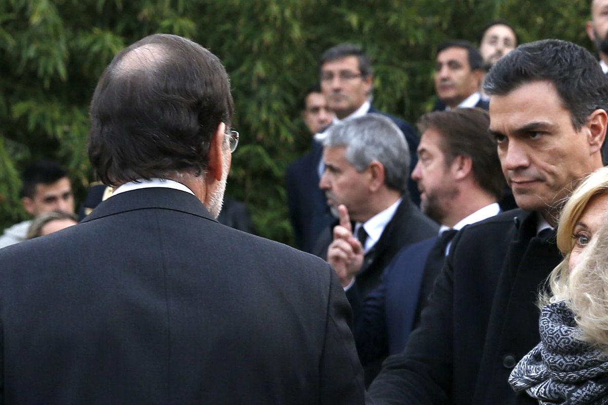 El líder socialista le dirige una tensa mirada a Mariano Rajoy en el funeral de los dos agentes asesinados en Kabul. (Fotos: EFE)