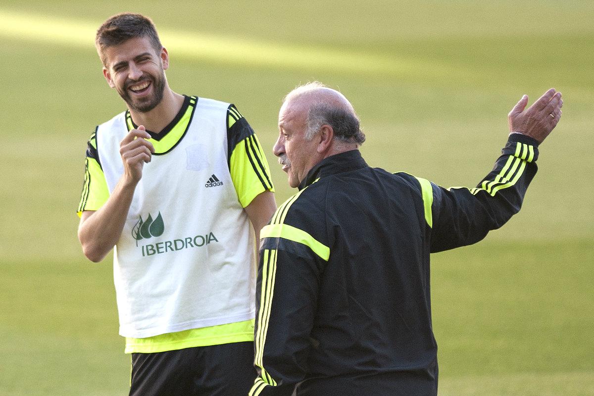 Del Bosque junto a Piqué durante la concentración de la selección española (AFP)