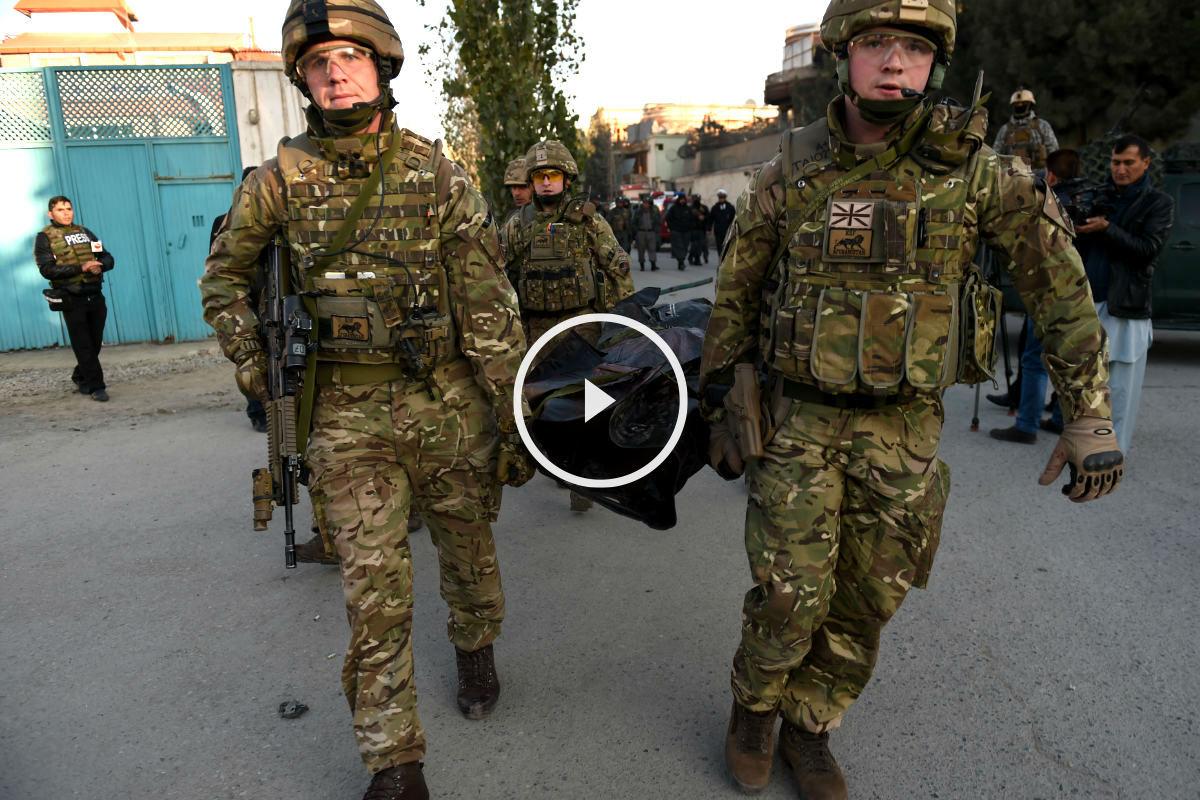 Soldados británicos trasladan a una de las víctimas (Foto: AFP).