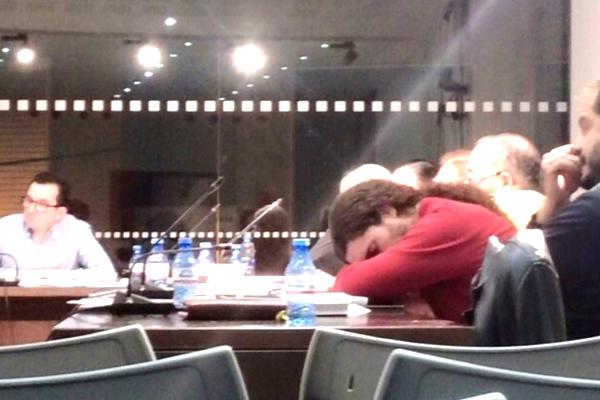 El concejal de Podemos en Silla, Salvador Mestre , completamente dormido durante el pleno extraordinario.