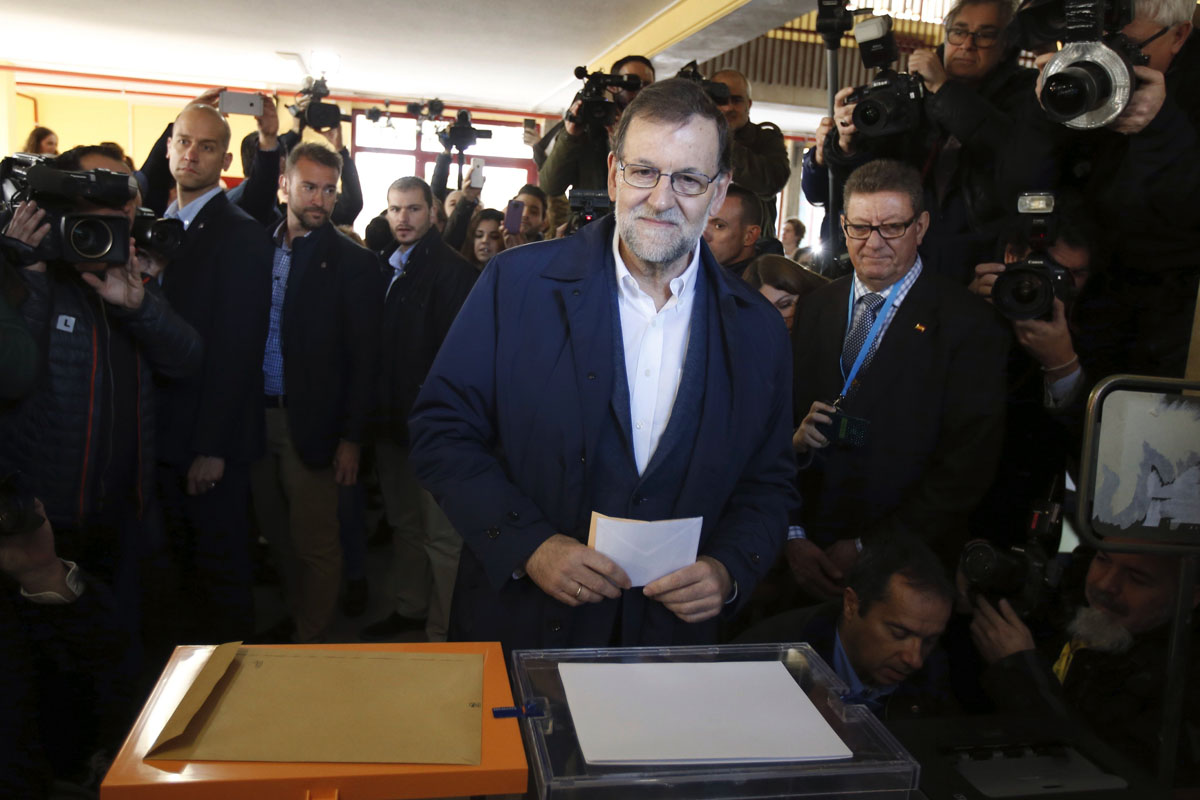 Mariano Rajoy ha votado en Aravaca. (Foto: EFE)