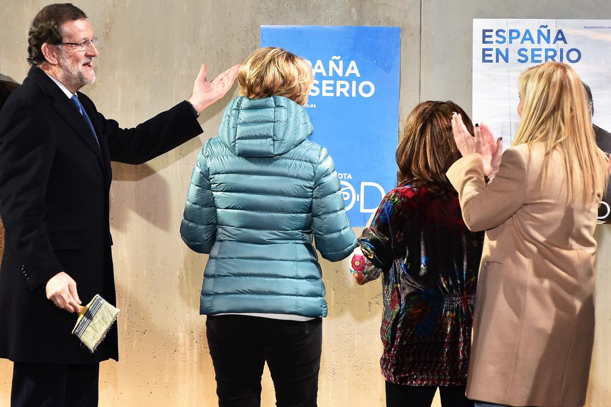 Rajoy, en la pegada de carteles junto a Aguirre, Sáenz de Santamaría y Cifuentes. (Foto: AFP)