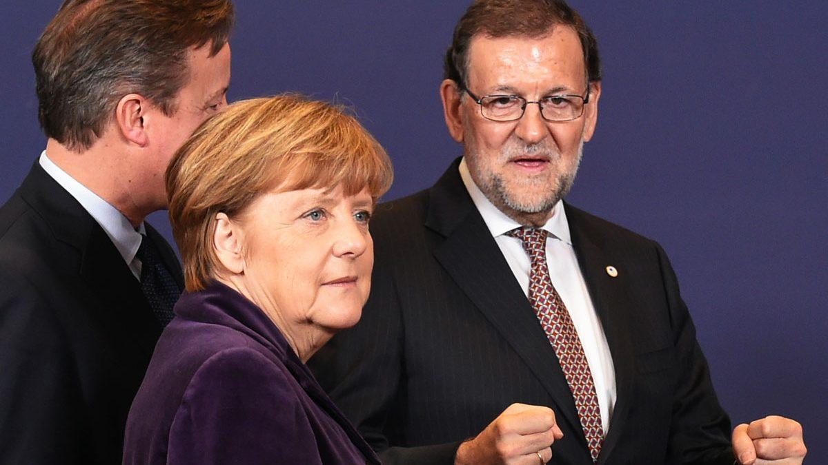 Rajoy junto a Cameron y Merkel. (Foto: AFP)